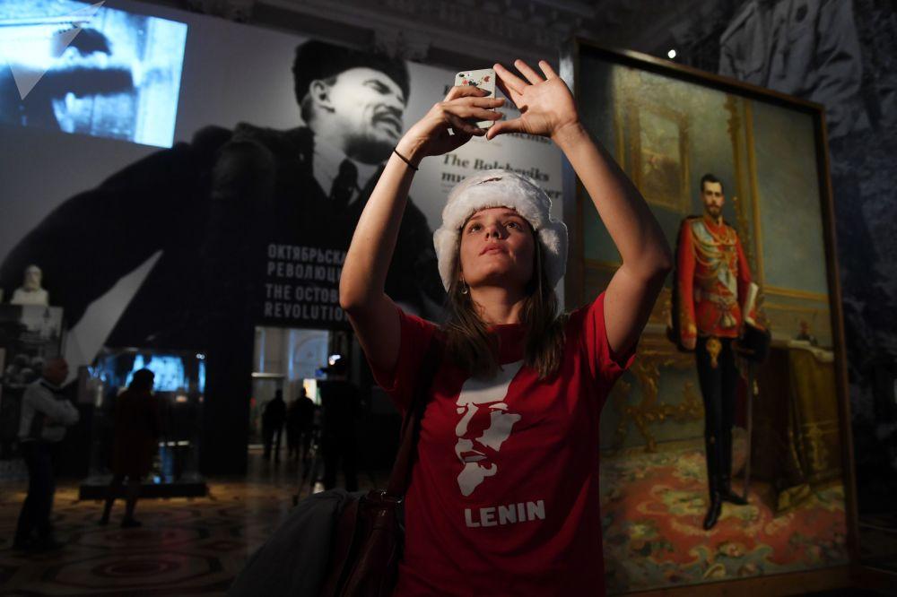 """来自巴西的女游客 – 约安娜﹒纳维佳在参观圣彼得堡埃尔米塔什博物馆举行的名为""""1917年的冬宫与埃尔米塔什:历史在这里筑就""""的展览"""