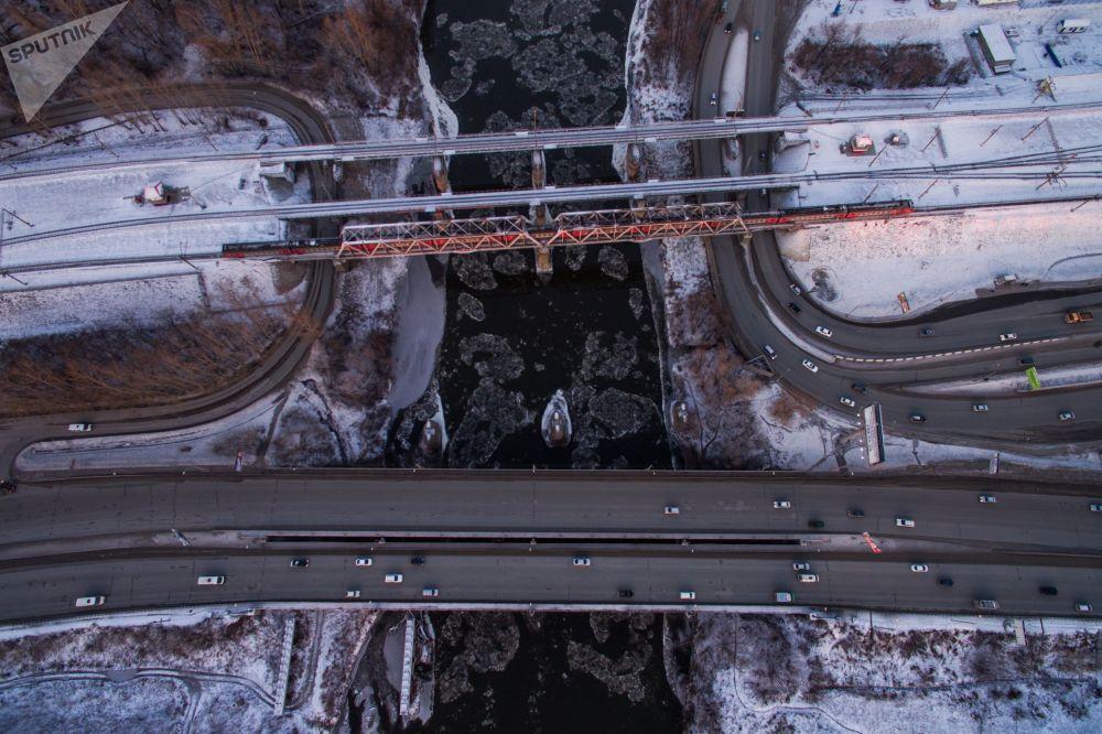 坐落在新西伯利亚横跨伊尼亚河的公路与铁路桥
