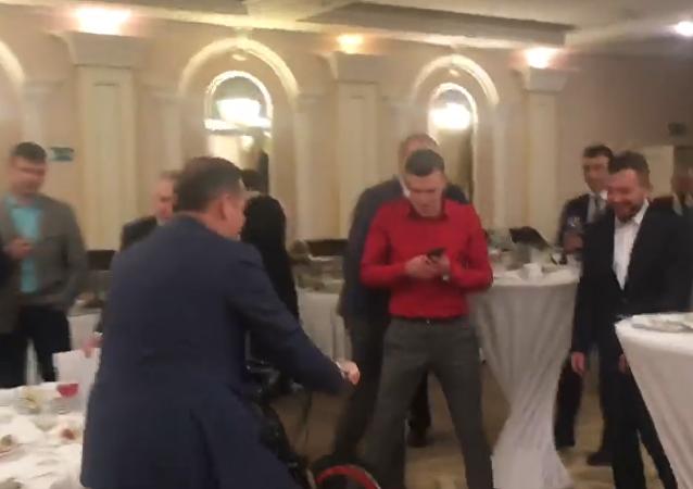 乌克兰议员骑着自行车沿餐厅闲逛