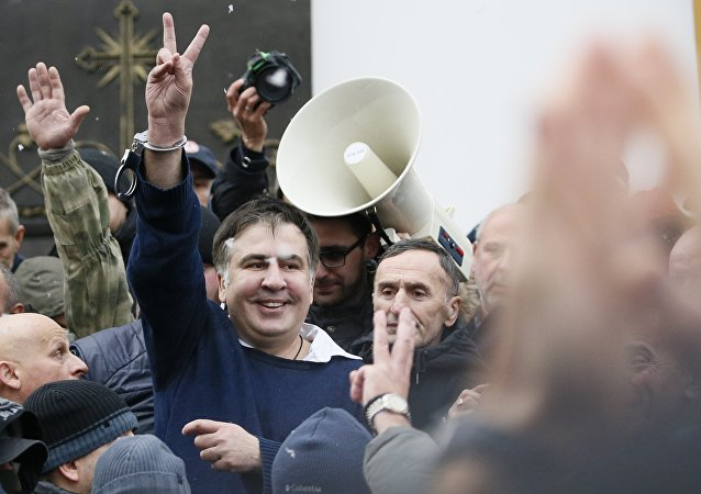 萨卡什维利的支持者使用武力把他从军警的面包车中解救出来