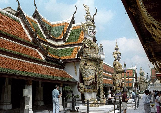 泰国释放了在寺庙前裸体拍照的美国人