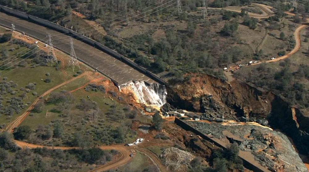 美國奧羅維爾水壩出現巨大缺口
