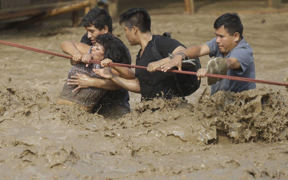 秘魯洪水肆虐,圖為救援現場
