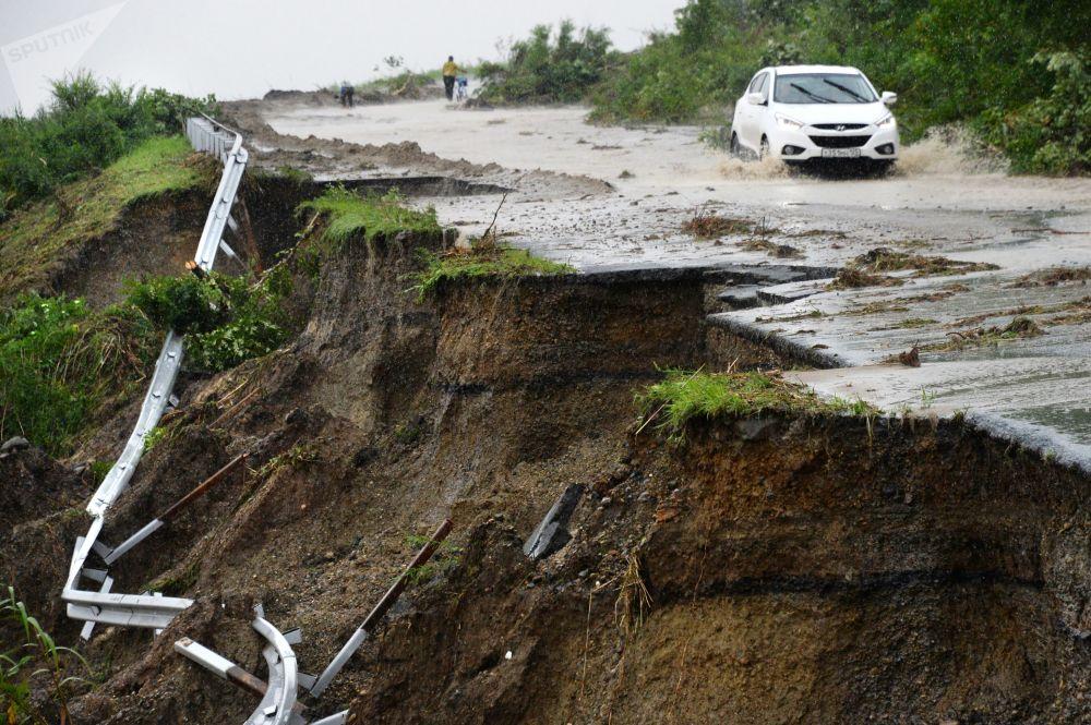 俄羅斯濱海邊疆區受暴雨襲擊的道路