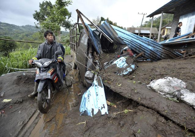 印度尼西亚山体滑坡致5死30人伤