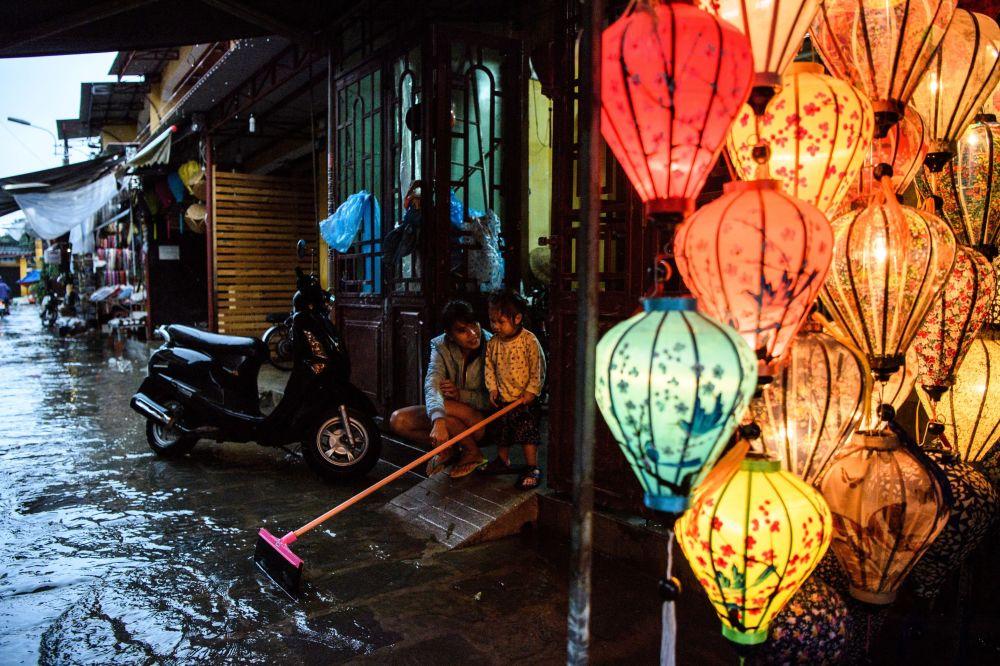 颱風「達維」過境後的越南會安市街道