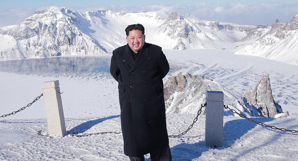 金正恩穿著皮鞋和輕薄大衣登頂白頭山