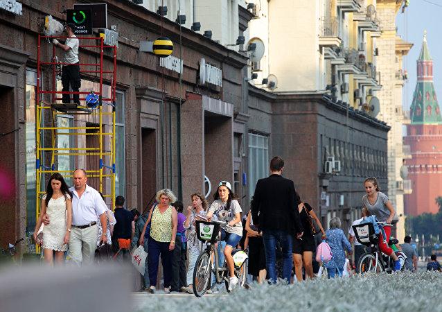 Горожане на Тверской улице, которую вновь открыли после реконструкции