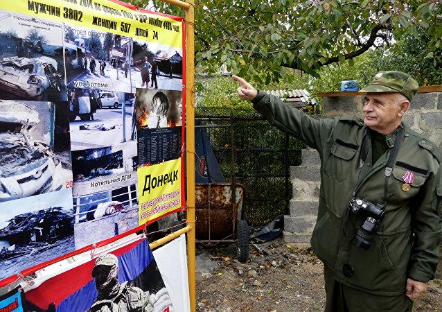 Памятный стенд с информацией о погибших в результате боевых действий на Добассе в музее под открытым небом Гражданская война на Донбассе