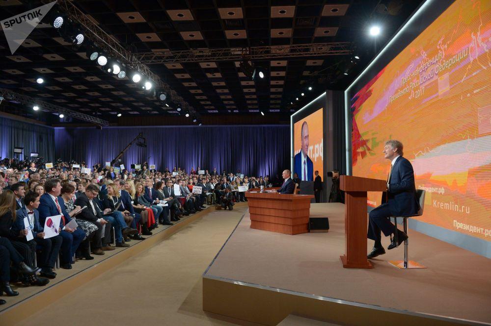 記者提出的第一個問題是關於即將舉行的總統選舉。 普京指出,他已經有競選綱領,但是記者會上沒有時間進行詳細闡述。
