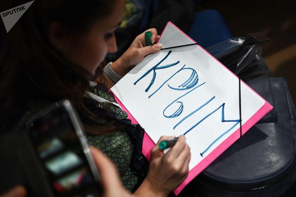 一名女記者正在準備招貼畫,希望借此吸引總統的注意。
