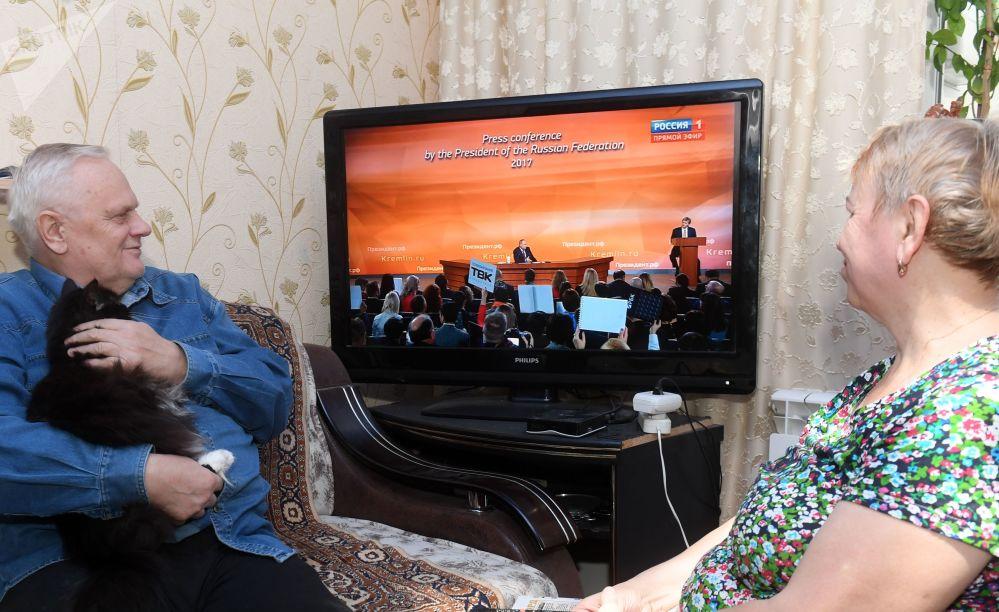 喀山一家人正在收看普京記者會實況轉播。
