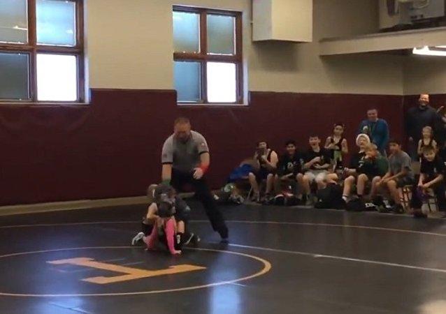 小男孩试图帮助其姐姐打败摔跤对手(视频)