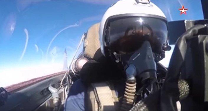 飞行员的视角:拍摄如何在苏-25驾驶舱内进行空战与导弹打击