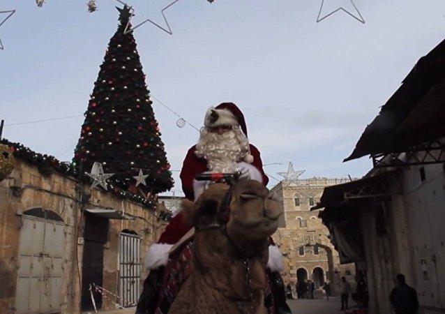 骑骆驼的圣诞老人(视频)