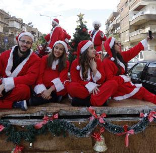 穿着圣诞老人服装的叙利亚人