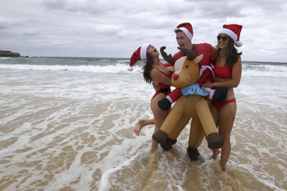 人們在澳大利亞海灘慶祝聖誕節
