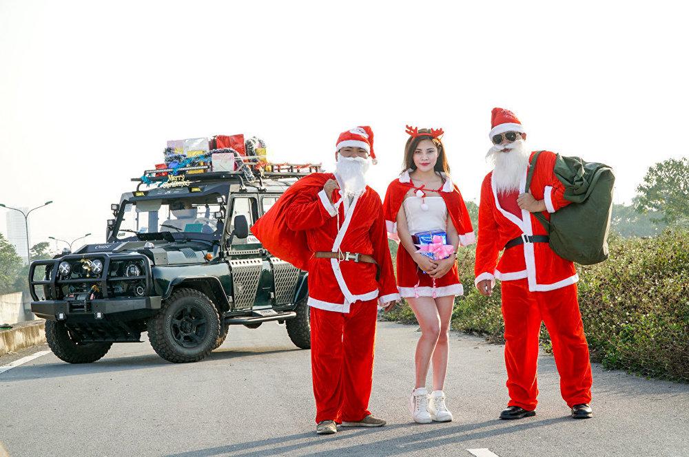 越南姑娘裝扮成聖誕老人在俄產越野車旁照片