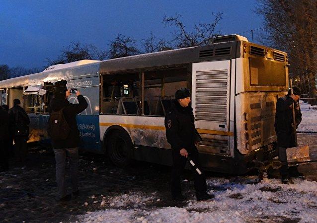 """莫斯科西部""""斯拉夫林荫大道""""地铁站25日发生客车冲入地下通道事故"""