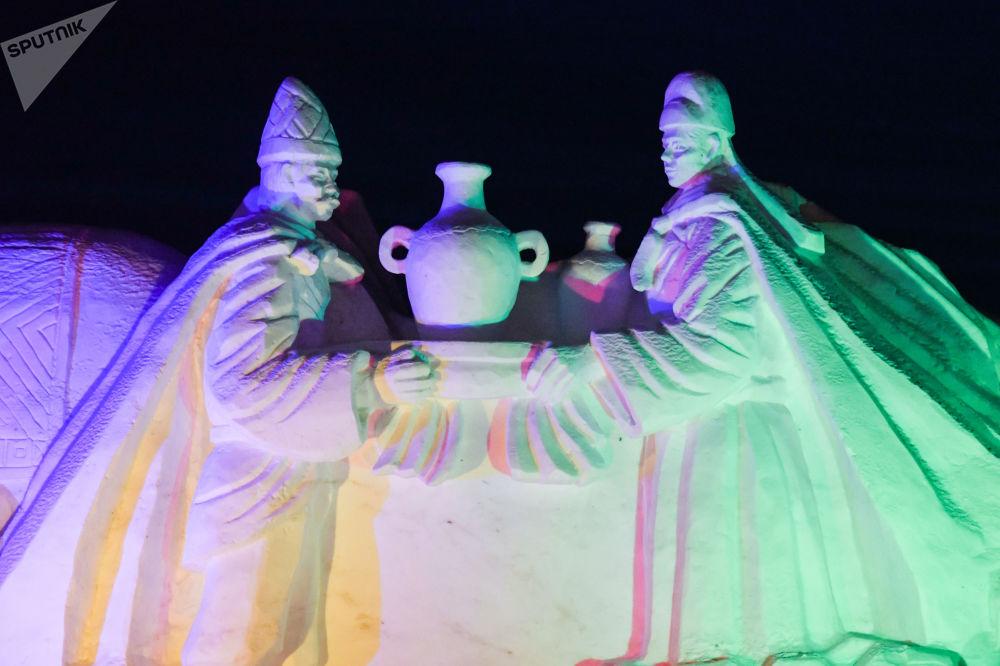 每座冰雕中都安裝了彩燈,因此會綻放出各色光芒。