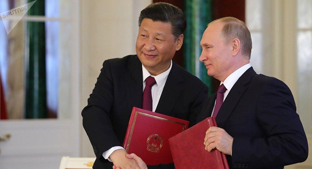 Президент РФ Владимир Путин и председатель Китайской Народной Республики (КНР) Си Цзиньпин (слева) во время церемонии подписания документов по итогам встречи