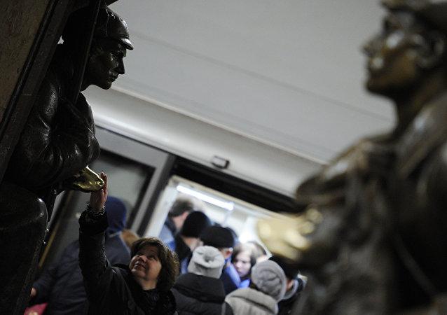 Пассажиры на станции Арбатско-Покровской линии метро Площадь Революции