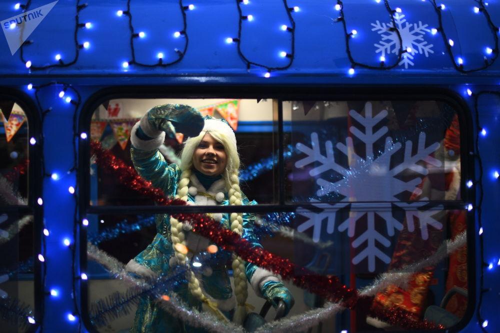 雪姑娘在新年電車內