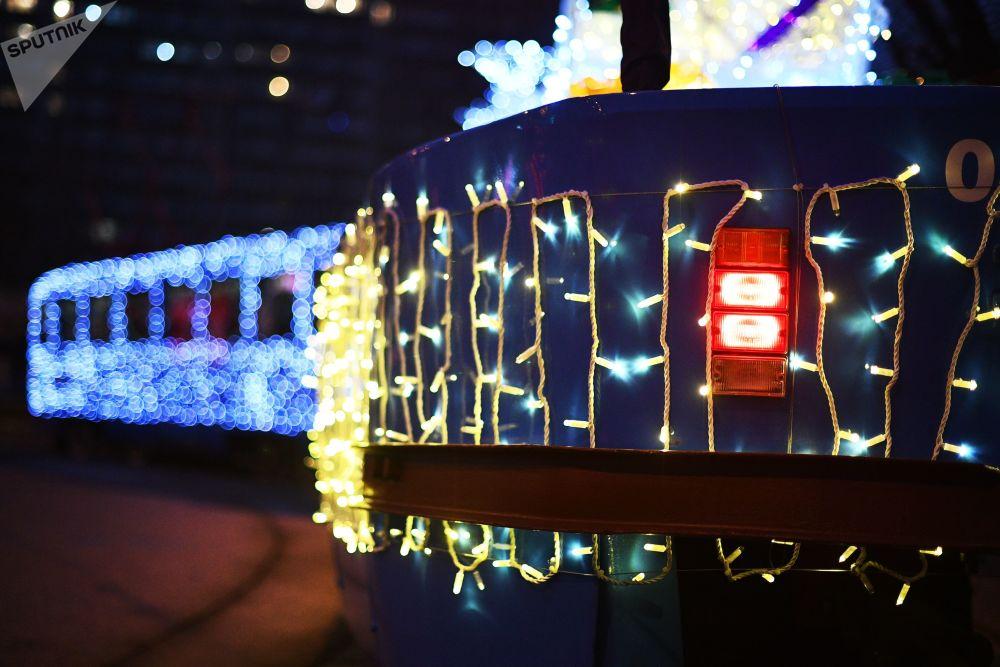LED燈裝飾的新年有軌電車