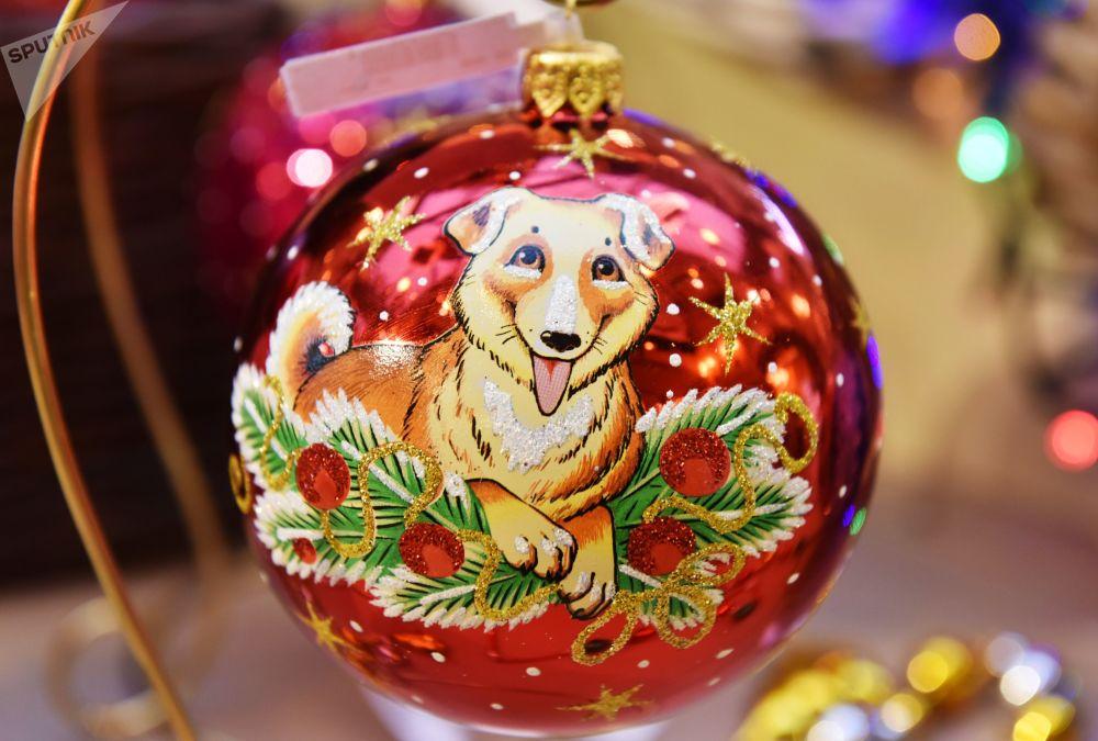 莫斯科古姆百货商场,象征2018年新年的黄狗。