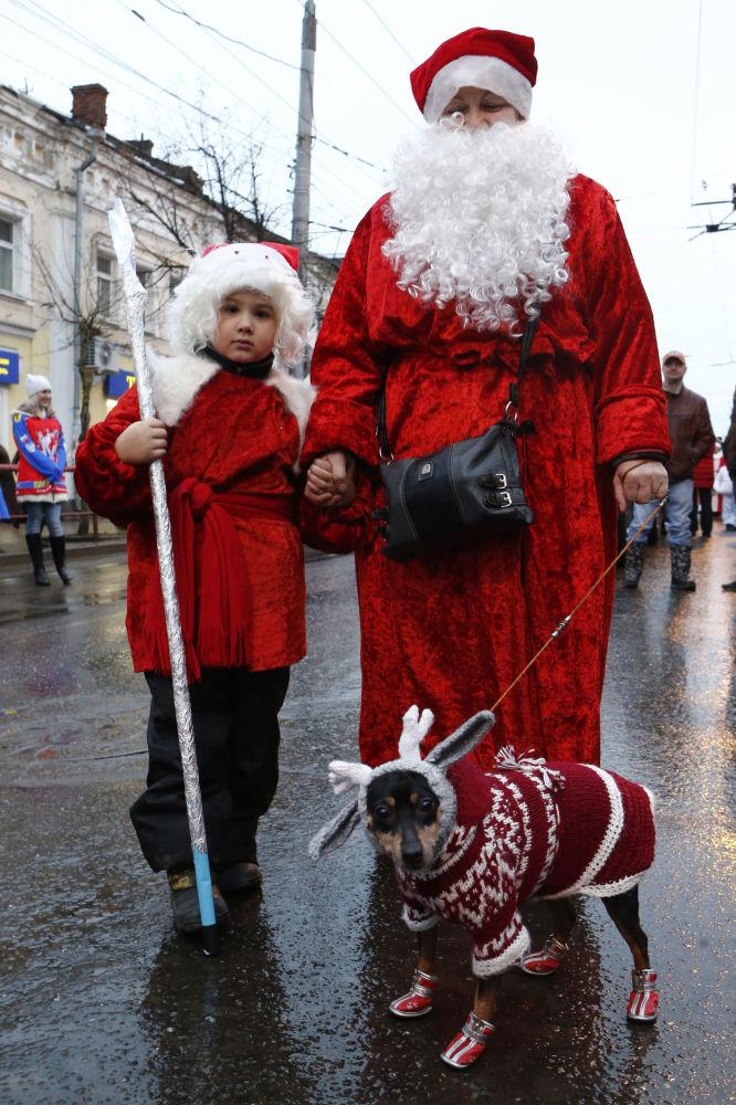雷宾斯克,参加严寒老人游行活动的人们。