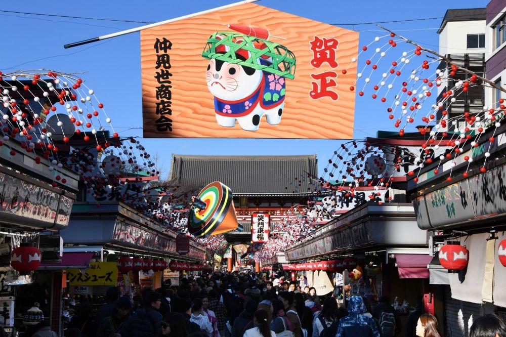 东京,印有象征新年的黄狗的横幅。