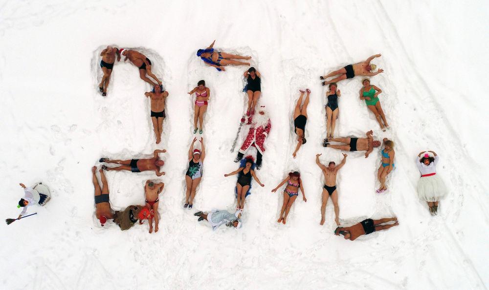 克拉斯诺亚尔斯克某体育运动俱乐部的成员在河叶尼塞河岸边用身体摆成了2018年的字样。