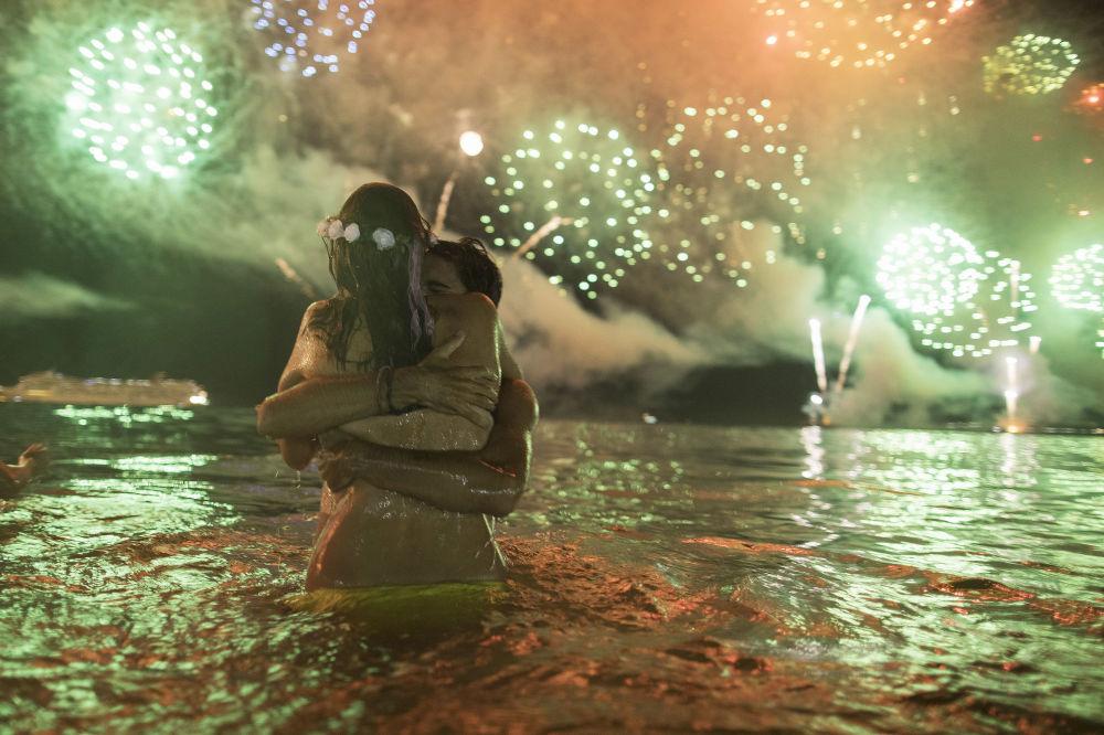 一對情侶在巴西的新年慶祝活動中。