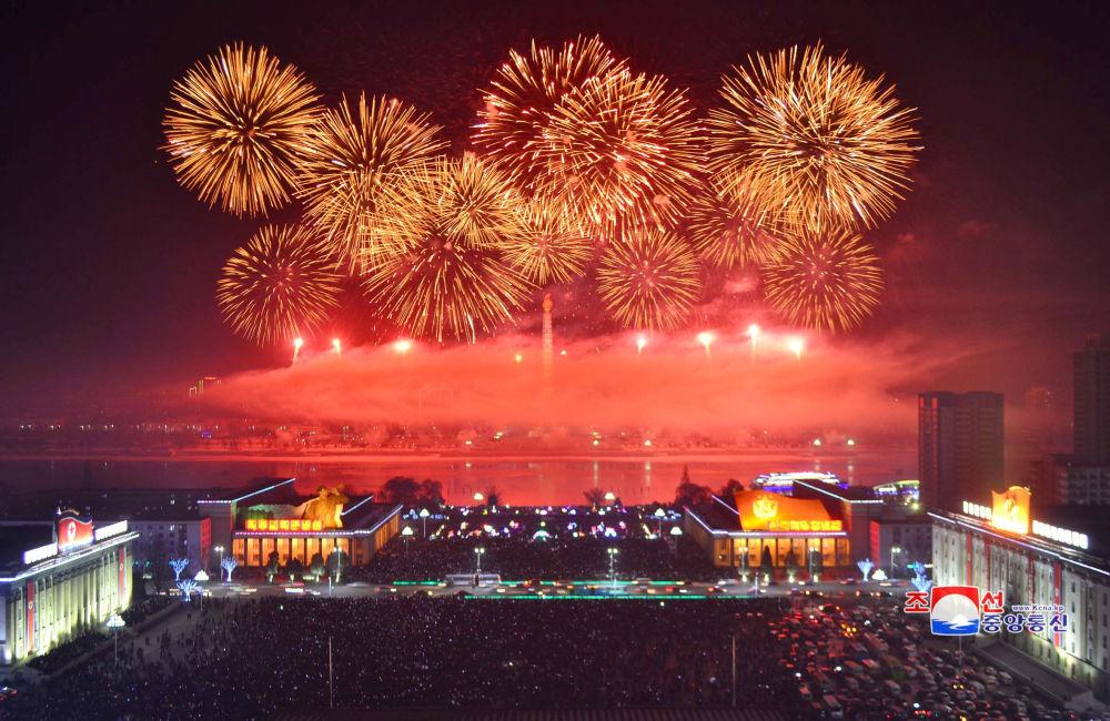 朝鮮燃放煙花慶祝新年。