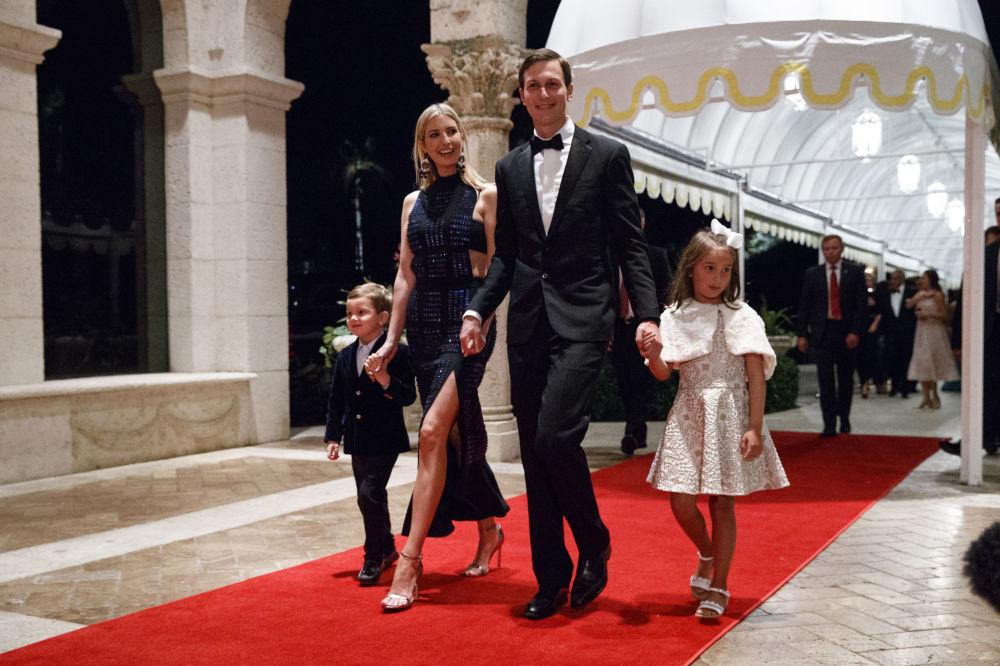 伊萬卡·特朗普與她的丈夫和孩子們參加佛羅里達州新年晚會。