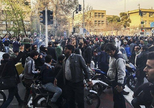 媒体:伊朗示威死亡人数升至20人