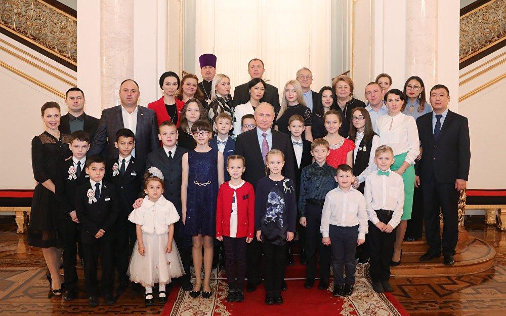 照片留念·普京與「我的家庭」全俄競賽獲勝者們