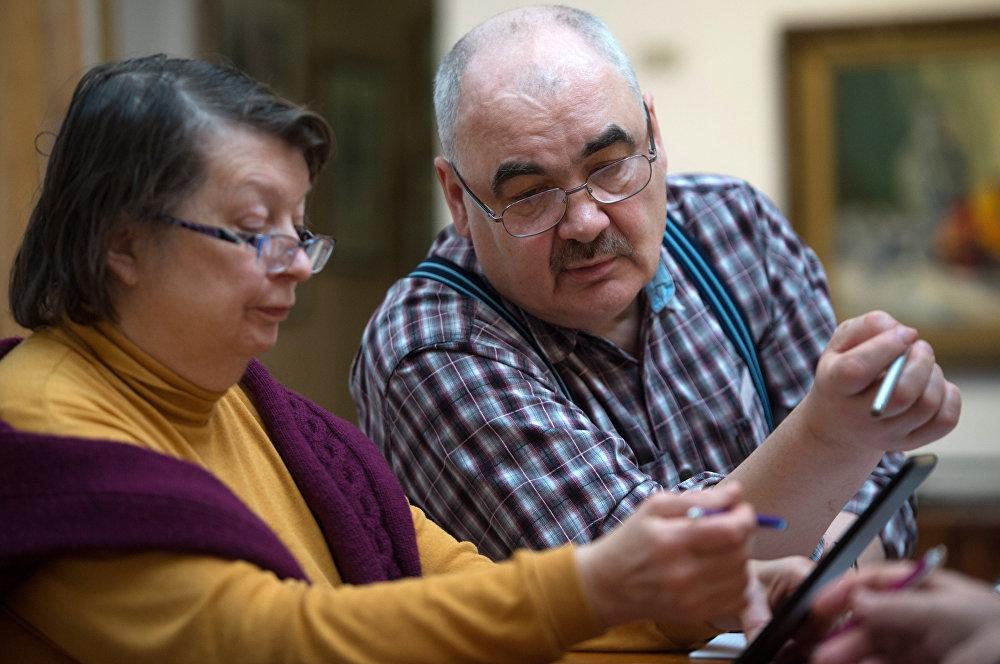老年夫婦在計算退休金
