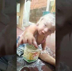 """淘气的巴西女孩发现了人造奶油的""""用途"""""""
