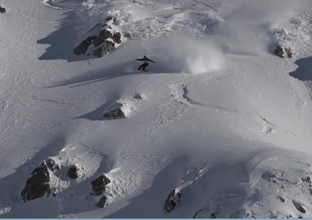 """一单板滑雪者在比利牛斯山发生雪崩时上演""""生死时速"""""""