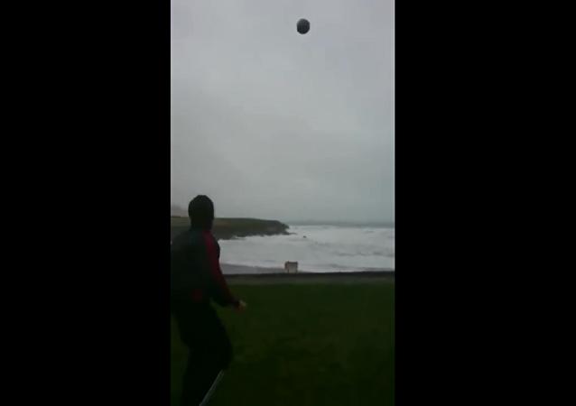 愛爾蘭一男子在颶風中踢足球