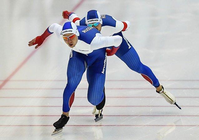 俄罗斯滑冰运动员杰尼斯•尤斯科夫(Denis Yuskov),巴维尔•库里日尼科夫(Pavel Kulizhnikov),鲁斯兰•穆拉什科夫(Ruslan Murashov)
