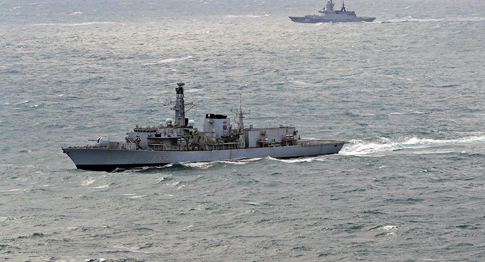 英国海军护卫舰在英吉利海峡跟踪俄军舰
