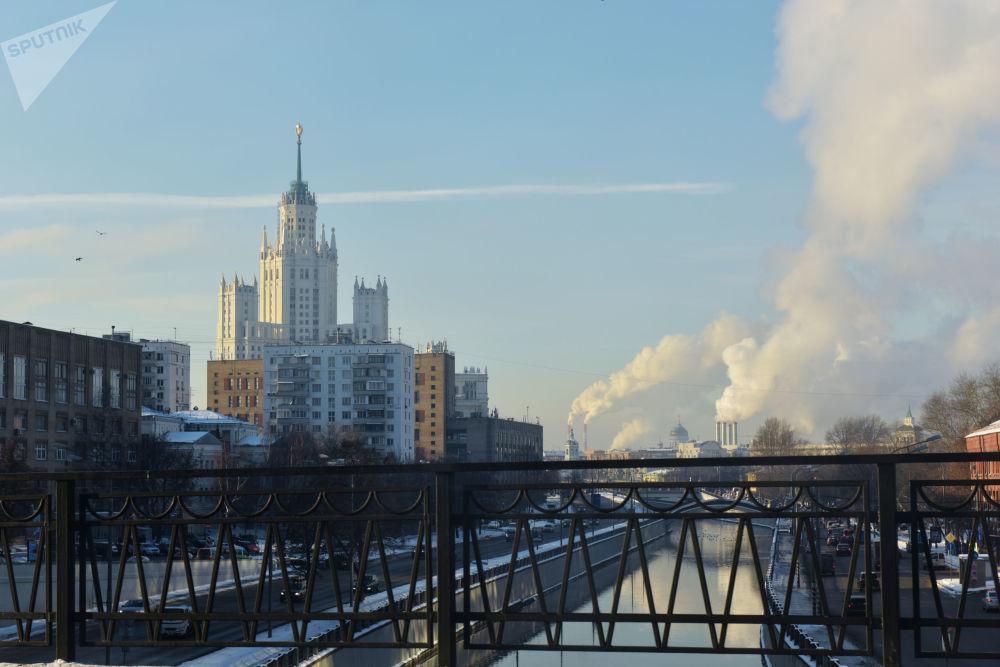 从莫斯科(Vysokoyauzsky)大桥远眺亚乌扎河四周,2016年。