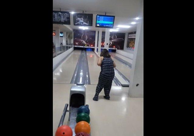 尷尬了!巴西女子扔飛保齡球 打碎計分電視