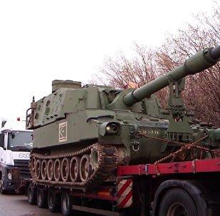 美国榴弹炮运输车队在德国被拦