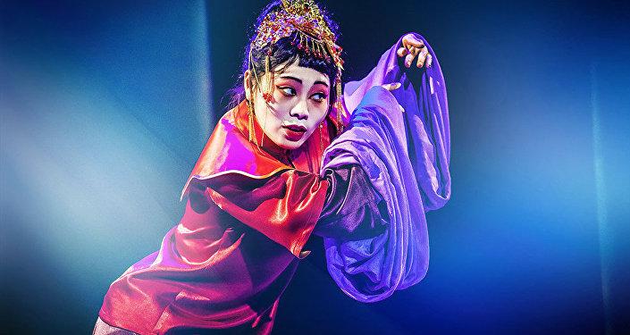 """杨歌在""""果戈里中心""""舞台演剧"""