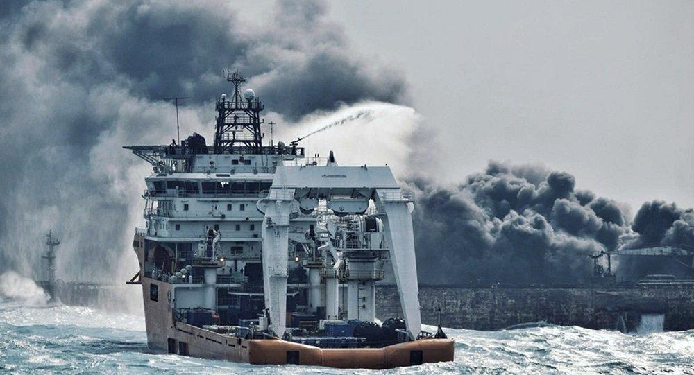 消防船試著撲滅伊朗油輪上的大火