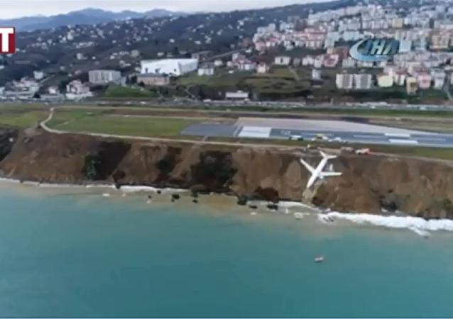土耳其一架飛機陷入陸地邊緣(視頻)