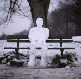 倫敦公園一個坐在長椅上的雪人